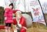 <b>산타 조형물과 함께</b><Br>어린이 관광객이 21일 경북 봉화군 소천면 분천역에 마련된 산타마을의 산타 조형물 옆에서 기념사진을 찍고 있다.  봉화/연합뉴스