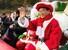 <b>오늘은 내가 산타</b><Br>21일 경북 봉화군 소천면 분천역에 마련된 산타마을에서 이철우 경북도지사가 산타 복장을 하고 관광객에게 손을 흔들고 있다. 봉화/연합뉴스