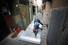 <b>쪽방촌의 산타클로스</b><br>크리스마스이브인 24일 오후 서울 종로구 돈의동 쪽방촌에서 한 주민이 이웃을 위해 단열에어캡을 부착하는 작업을 하고 있다. 연합뉴스