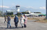 <b>안나푸르나 사고현장 둘러본 실종자 가족</b><Br>네팔 안나푸르나에서 눈사태로 실종된 한국인 교사 4명의 가족들이 20일 오전(현지시간) 헬리콥터를 타고 사고 현장을 둘러본 뒤 포카라공항으로 돌아오고 있다.  포카라/연합뉴스