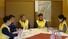 <b>포카라에서 회의하는 외교부 신속대응팀</b><Br>네팔 안나푸르나 한국인 눈사태 실종 사고와 관련해 외교부 신속대응팀과 박영식 주네팔대사(왼쪽 세 번째)가 21일 안나푸르나 인근 포카라에 마련된 한국 현장지휘본부에서 회의하고 있다. 포카라/연합뉴스