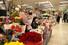 <b>졸업 시즌 한가한 꽃시장</b> 5일 오전 서울 양재동 화훼공판장 내 꽃 판매장이 한가한 모습이다. 신종 코로나바이러스 감염증 여파로 졸업식이 축소되거나 취소되면서 고객들이 평소보다 줄었다. 연합뉴스