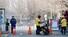 <b>신종코로나 여파에 배달원도 출입통제</b><br>신종 코로나바이러스 감염증(신종 코로나)가 중국 전역에서 맹위를 떨치는 가운데 베이징시 당국이 귀경행렬이 본격화한 10일부터 베이징 전역 거주지에 대해 봉쇄식 관리를 시작했다. 사진은 베이징 한 아파트 출입구에 배달원들이 서 있는 모습. 베이징/연합뉴스