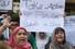 <b>우한 철수 촉구하는 파키스탄 유학생 가족들</b><Br>신종 코로나바이러스(코로나 19)로 중국 우한에서 귀국하지 못하고 있는 파키스탄 유학생들의 가족들이 16일(현지시간) 카라치에서 시위를 벌이며 정부가 나서 이들을 철수시킬 것을 촉구하고 있다. 우한에는 현재 약 500명의 파키스탄 유학생들이 머물고 있다. 파키스탄 정부는 중국을 오가는 모든 항공편의 운항을 중단시킨 상태다. 카라치 AFP/연합뉴스