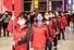 <b>깃발 들고 선 중국 우한행 의료진</b><br>신종 코로나바이러스(코로나 19) 방역 활동을 지원하기 위해 중국 우한에 투입되는 구이저우(貴州) 성 의료인 137명이 16일 구이양(貴陽) 시 롱동바오 국제공항에 나란히 서 있다. 구이양 신화/연합뉴스