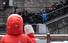 <b>눈 오는 날, 기생충 계단 찾은 이낙연</b><Br>4·15 총선 서울 종로에 출마하는 이낙연 전 국무총리가 17일 오전 낙후지역 관광지 개발 방안 관련 현장방문을 위해 서울 종로구 부암동을 찾은 뒤 영화 ''기생충''의 촬영지인 자하문터널 입구 계단에서 손을 흔들고 있다. 연합뉴스