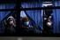 <b>요코하마항 떠나는 일본 크루즈선 미국인 승객들</b><br>신종 코로나바이러스(코로나 19) 감염자가 집단 발생해 일본 요코하마(橫浜)항 크루즈 터미널에 발이 묶여 있던 크루즈선 ''다이아몬드 프린세스''호의 미국인 승선객들이 17일 새벽 귀국 전세기를 타기 위해 버스를 타고 터미널을 떠나면서 기자들에게 손을 흔들고 있다. 요코하마 AFP/연합뉴스