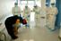 <b>의료진에 감사 인사하는 중국 코로나19 퇴원자 </b><br>  중국의 신종 코로나바이러스 감염증(코로나19) 환자가18일 후베이성 우한의 한 병원에서 완치 판정을 받고 퇴원하면서 의료진에게 감사 인사를 하고 있다. 우한/신화 연합뉴스