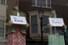 보리스 존슨 영국 총리가 신종 코로나바이러스 감염증(코로나19) 확산 방지를 위한 조치로 이동제한령을 내린 다음 날인 24일(현지시간) 잉글랜드 남부 도시 윈저의 한 쇼윈도 마네킹들에 코로나19 격려 메시지가 들려 있다. 윈저 AP/연합뉴스