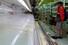 26일 일본 도쿄의 한 식품점을 찾은 고객이 텅 빈 매대를 바라보고 있다. 이날 도쿄에서는 신종 코로나바이러스 감염증(코로나19) 신규 확진자 급증에 놀란 당국이 외출과 이동 자제를 촉구하자 사재기 현상이 벌어졌다. 도쿄 AP/연합뉴스