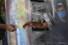<b> 코로나19로 비닐 가림막 설치된 베네수엘라 상점</b><br>  베네수엘라 카라카스의 한 상점에서 29일(현지시간) 계산대 직원이 신종 코로나바이러스 감염증(코로나19) 예방을 위해 비닐 가림막 너머로 물건을 받고 있다. 카라카스/AP 연합뉴스