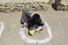 <b>''사회적 거리 두기'' 원 안에서 식사하는 인도 노숙인</b><br>   인도 정부가 신종 코로나바이러스 감염증(코로나19) 확산 방지를 위한 국가봉쇄령을 내린 뒤 30일(현지시간) 한 노숙인이 뉴델리 도로에 표시된 ''사회적 거리 두기'' 원 안에 앉아 식사를 하고 있다. 뉴델리/AFP 연합뉴스