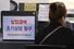 31일 서울의 한 고용복지플러스센터를 찾은 시민이 실업급여 관련 상담을 받고 있다. 고용노동부에 따르면 신종 코로나바이러스 감염증(코로나19) 여파로 경기가 불안정해지며 이번 달 실업급여 신규 신청자가 지난해 같은 달에 비해 33.8% 늘었다. 연합뉴스
