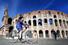 <b>코로나19 봉쇄 완화에 자전거 타는 로마 시민들</b><br> 이탈리아가 신종 코로나바이러스 감염증(코로나19) 봉쇄 완화 조치를 시작한 가운데 8일(현지시각) 로마 시민들이 자전거를 타고 콜로세움 앞을 지나고 있다. 로마/AFP 연합뉴스
