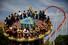 <b>코로나19 완화에 테마파크 다시 찾은 베이징 시민들</b><br>  신종 코로나바이러스 감염증(코로나19) 확산세가 꺾임에 따라 그동안 봉쇄됐던 중국 베이징의 유명 테마파크 환러구가 재개장하자 10일 많은 사람들이 방문해 마스크를 쓴 채 놀이시설을 즐기고 있다. 베이징/로이터 연합뉴스