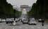 <b>차량 행렬 되돌아온 파리 샹젤리제 거리</b><br> 프랑스 정부가 신종 코로나바이러스 감염증(코로나19) 사태로 인한 이동제한령을 완화하기 시작한 11일(현지시각) 차량들이 파리 샹젤리제 거리를 오가고 있다. 파리/AFP 연합뉴스