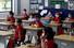 <b>코로나19에도 등교한 베트남 초등학생들</b><br> 베트남이 신종 코로나바이러스 감염증(코로나19)에 따른 전국 봉쇄령을 완화하면서 11일(현지시각) 초등학생들이 마스크를 착용한 채 등교해 책상에 앉아 있다. 호치민/로이터 연합뉴스