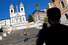 <b>코로나19 봉쇄 완화에 로마 관광명소 찾은 관광객</b><br> 이탈리아가 신종 코로나바이러스 감염증(코로나19) 봉쇄 완화 조치를 시작한 가운데 7일(현지시간) 로마의 관광명소 스페인 계단에서 한 여성이 사진을 찍으려 포즈를 취하고 있다. 로마/로이터 연합뉴스