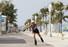 미국 플로리다 주 브로워드 카운티의 점진적인 신종 코로나바이러스 감염증(코로나19) 봉쇄 완화 조치로 재개장한 할리우드 비치에서 19일(현지시각) 한 주민이 산책로를 따라 롤러블레이드를 타고 있다. 할리우드 AP=연합뉴스