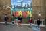9일(현지시간) 영국의 신종 코로나바이러스 감염증(코로나19) 봉쇄조치가 완화되자 런던 풀럼의 학교에서 어린이들이 훌라후프를 이용해 ''사회적 거리두기''를 실천하고 있다. 런던 로이터/연합뉴스
