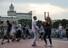 <b>모스크바 코로나19 격리해제 첫날 춤추는 시민들</b><br> 러시아 모스크바 시가 신종 코로나바이러스 감염증(코로나19) 자가격리 조치를 해제한 첫날인 9일(현지시간) 모스크바 강 둔치에서 시민들이 춤을 추고 있다. 모스크바 AP/연합뉴스