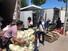 14일 중국 베이징 신파디 농산물 도매시장 인근의 임시 시장에서 상인들이 농산물을 나르고 있다. 지난 13일 베이징에서는 36명의 신종 코로나바이러스 감염증(코로나19) 환자가 발생했으며 모두 신파디 농산물 도매시장과 관련 있다고 알려졌다. 연합뉴스