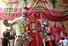 <b>영엽 재개된 결혼정보회사에서 결혼한 인도 커플들</b><br> 인도의 한 커플이 15일(현지시간) 뭄바이 반드라의 결혼정보회사에서 결혼한 후 셀카를 찍고 있다. 신종 코로나바이러스 감염증(코로나19) 봉쇄 조치로 문을 닫았다가 영업을 재개한 결혼정보회사에서는 커플들이 혼인신고를 하고 빠르게 결혼식을 준비할 수 있도록 돕고 있다. 뭄바이AP/연합뉴스