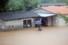 폭우가 쏟아진 7일 오후 광주 서구 쌍촌동 한 침수 주택에서 한 가족이 집안에 있는 물건을 옮기고 있다. 연합뉴스