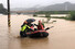 8일 오전 광주 광산구 산막동에서 119 구조대원들이 보트를 이용해 이재민을 구조하고 있다. 광주전남지역은 이틀간 내린 폭우로 도로가 잠기고 산사태가 발생하는 등 피해가 잇따르고 있다.연합뉴스