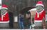 <b>산타복 입은 돌하르방</b><br>크리스마스이브인 24일 제주시 한경면 저지리 생각하는정원 입구에 설치된 산타 복장을 입은 대형 돌하르방 앞에서 관람객들이 사진 촬영을 하고 있다. 제주/연합뉴스