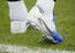 해리 케인이 리버풀과의 2018-2019 유럽축구연맹(UEFA) 챔피언스리그(UCL) 결승을 앞두고 27일(현지시각) 영국 북런던 토트넘 홋스퍼 FC 트레이닝 그라운드에서 열린 팀 훈련에 참가했다. 2018년 월드컵 득점왕이었던 그의 운동화에 지난해 월드컵 중 기록한 6골이 로마숫자로 표시되어 있다. 런던/AP 연합뉴스