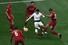 토트넘 홋스퍼의 손흥민이 2일 새벽(한국시각) 스페인 마드리드의 에스타디오 메트로폴리타노에서 열린 2018~2019 유럽축구연맹(UEFA) 챔피언스리그 결승전에서 리버풀 선수들 사이에서 드리블을 하고 있다. 마드리드/AFP 연합뉴스