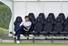 오는 6월 1일 예정된 유럽축구연맹(UEFA) 챔피언스리그(UCL) 결승을 앞두고 27일(현지시간) 북런던 토트넘 홋스퍼 FC 트레이닝 그라운드에서 열린  공식훈련을에서 포체티노 감독이 선수들의 훈련모습을 지켜보고 있다. 런던/AFP 연합뉴스