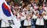 2014 소치 동계올림픽 대표팀 선수단 박승희, 이상화, 김연아가 25일 오후 인천국제공항 입국장을 통해 귀국해 초콜릿으로 만든 \%!^a국민행복 메달\%!^a을 살펴보고 있다. 2014.2.25/뉴스1