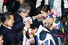 2014 소치 동계올림픽 대표팀 김연아 선수가 25일 오후 인천국제공항 입국장을 통해 귀국해 유진룡 문화체육관광부 장관에게 초콜렛으로 만든 %!^a국민행복 메달%!^a을 수여받고 있다. 2014.2.25/뉴스1