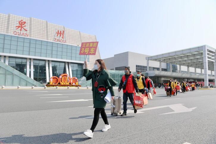 중국 윈난성 출신 농민공들이 19일 전세기편으로 푸젠성 취안저우의 공항에 도착한 뒤 안내원을 따라 일터로 복귀하고 있다. 신종 코로나바이러스 감염증(코로나19) 사태가 터진 이후 농민공을 태운 전세기가 푸젠성에 도착한 것은 이번이 처음이다. 취안저우 신화/연합뉴스