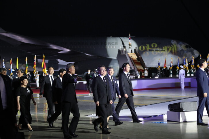 문재인 대통령이 25일 경기도 성남 서울공항에서 열린 6·25 전쟁 제70주년 행사에 참석해 자리로 향하고 있다. 문 대통령 뒤로, 북한에서 발굴된 6·25 국군 전사자 유해 147구를 미국 하와이에서 서울공항으로 모셔온 공군 공중급유기 시그너스(KC-330) 기체에 '영웅에게'라는 글씨가 투영되고 있다. 성남/청와대사진기자단