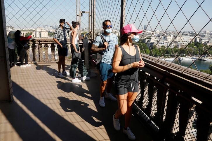25일(현지시간) 재개장한 프랑스 파리의 에펠탑을 관람객들이 마스크를 착용한 채 방문하고 있다. 신종 코로나바이러스 감염증(코로나19) 여파로 석 달 넘게 폐쇄됐다 이날 다시 문을 연 에펠탑은 꼭대기의 전망대는 7월 14일까지 폐쇄하고 우선 1~2층만 개방한다. 파리 로이터/연합뉴스