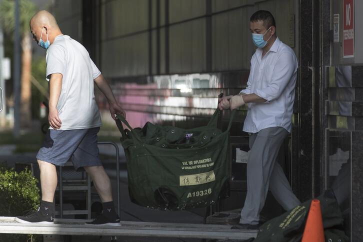 미국 텍사스주 휴스턴에 있는 중국 총영사관에서 24일(현지시간) 직원들이 외교행낭을 건물 밖으로 옮기고 있다. 미국은 이곳 총영사관을 스파이 활동과 지식 재산권 절도의 근거지로 지목하고, 이날까지 폐쇄할 것을 요구했다. 2020.07.25. 연합뉴스