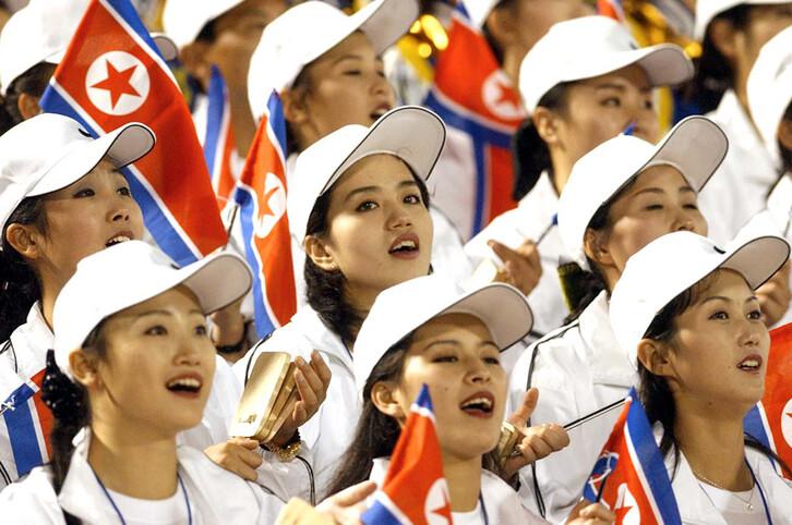 """북한이 올해 9월 열리는 제17회 인천 아시안게임에 응원단을 파견한다. 북한은 이날 %!^a공화국 정부 성명%!^a을 발표하고 """"우리는 당면하여 북남관계를 개선하고 민족단합의 분위기를 마련하기 위해 남조선의 인천에서 진행되는 제17차 아시아경기대회에 우리 선수단과 함께 응원단을 파견하기로 하였다""""고 조선중앙통신이 7일 보도했다. 사진은 지난 2002년 9월 28일 창원 종합운동장에서 열린 부산아시안게임 북한과 홍콩의 축구 예선에서 북한 응원단이 응원을 펼치는 모습. 2014.7.7(서울=연합뉴스)"""