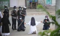 수녀 또 무릎 꿇었지만…무자비한 미얀마 군경에 2명 사망
