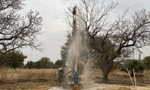 아프리카 오지에서 생명수 파는 신부들