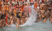 1352만명 세계 2위 확진국 인도…'노마스크' 수백만 집단 목욕