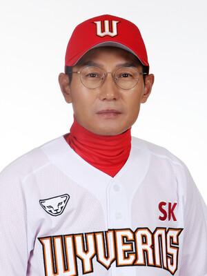"""경기 중 쓰러진 염경엽 감독, """"최소 2달간 절대 안정 필요"""""""