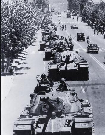 1980년 5월26일 새벽 계엄군의 탱크부대가 광주 농성동 일대로 진입하고 있다. 한겨레 자료사진