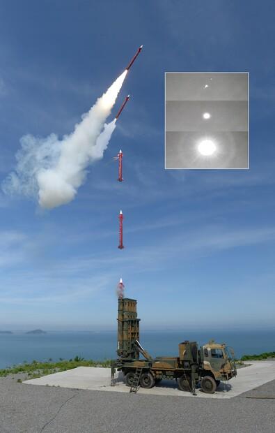 천궁 Ⅱ가 콜드론치 방식으로 발사되는 모습. 방위사업청 제공