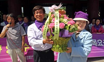 임기란(오른쪽) 어머니가 2010년 5월20일 13년째 800회를 맞은 목요집회 때 범민련 남측본부와 석방 장기수들로부터 축하와 감사의 화환을 받고 있다. 사진 <한겨레> 자료사진