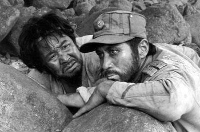 158분짜리 영화인 <최후의 증인>은 범인이 누군지 추리하는 것이 중추인 작품이 아니다. 그 지난한 과정 속에서 영화는 1980년이라는 지긋지긋한 시간과 한국전쟁 이후 승승장구한 폭정의 역사를 증언한다.