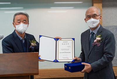 왼쪽부터 송만호 이사장과 최덕근 교수. 유미과학문화재단 제공