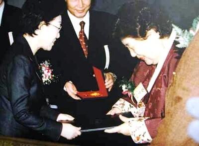 임기란 어머니는 2006년 12월 세계인권의 날 기념식에서 국내 처음으로 인권훈장 석류장을 받았다. <한겨레> 자료사진